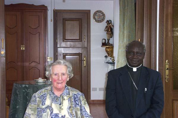 Visita de Monseñor Lodu a la Madre Trinidad en su casa de Rocca di Papa, Roma (2004).