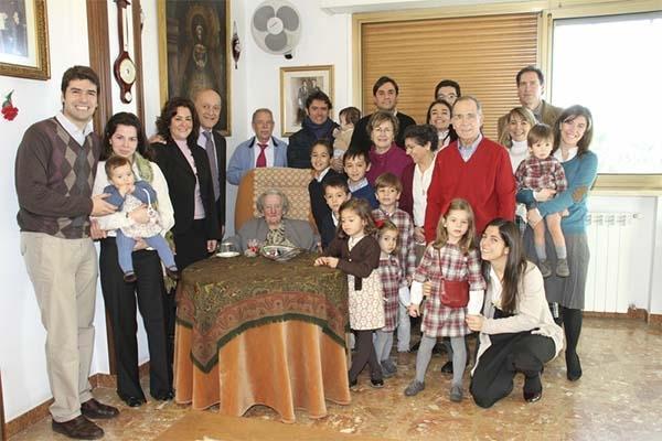 La Madre Trinidad en un encuentro familiar con varias familias de La Obra de la Iglesia (2010).