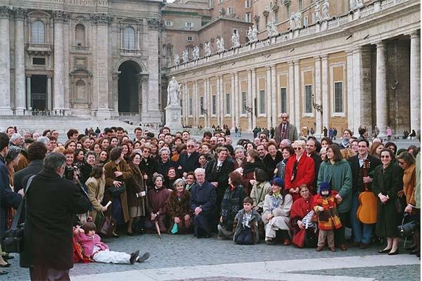 La Madre Trinidad con un grupo numeroso de sus hijos espirituales de La Obra de la Iglesia en la Plaza de San Pedro del Vaticano (Roma, 1996).