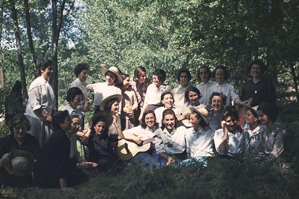 La Madre Trinidad con sus hijas espirituales, consagradas a Dios, pasando un día de campo (1969).