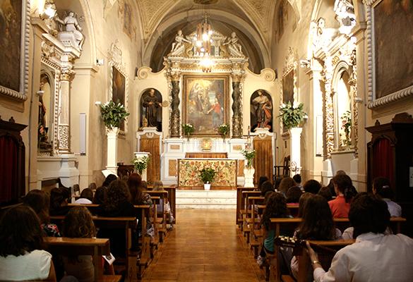 Ratos de oración con Jesús en el Sagrario en uno de los días de campamento de verano (Italia, 2015).